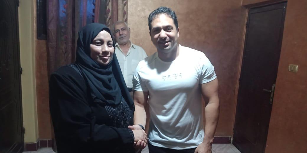 الفنان محمد حمدي مع والدة الشهيد خالد مغربي  3