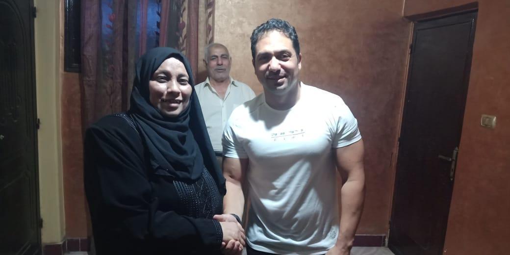 الفنان محمد حمدي مع والدة الشهيد خالد مغربي