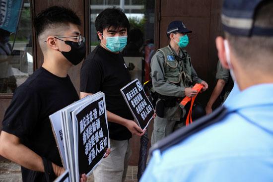 ناشطون يتظاهرون ضد قوانين أمنية جديدة  بالقرب من مكتب الاتصال الصيني  في هونج كونج