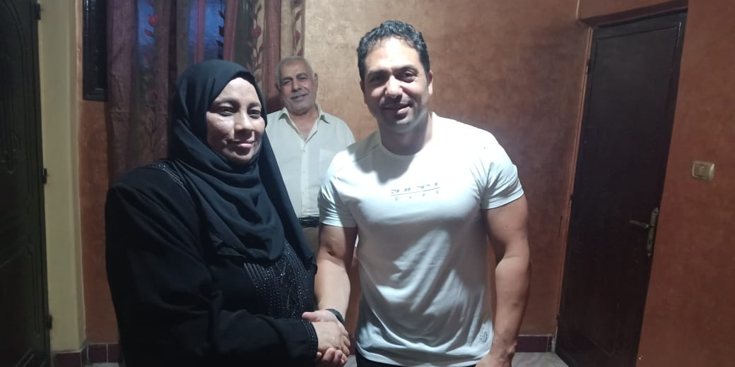 الفنان محمد حمدي مع والدة الشهيد خالد مغربي  2
