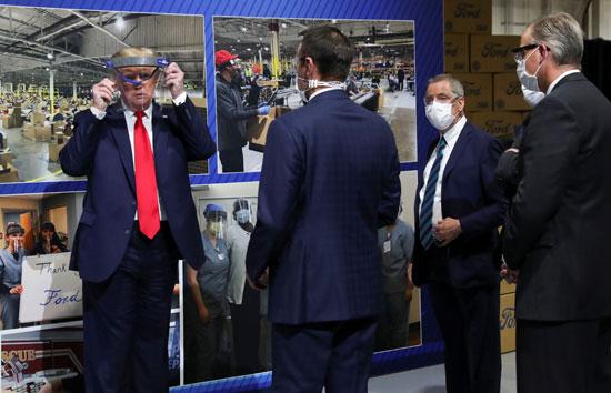 ترامب يجرب أحد مكونات المصنع