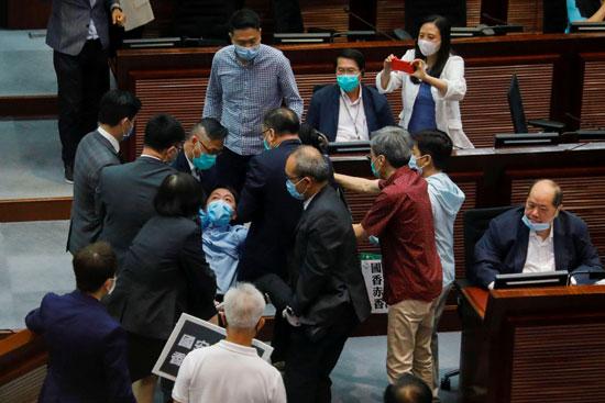 المشرع المؤيد للديمقراطية وو تشي واي يتشاجر خلال مسيرة ضد قوانين الأمن الجديدة