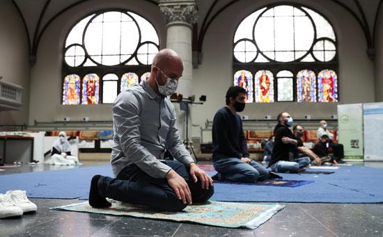 رجل يؤدى الصلاة داخل الكنيسة