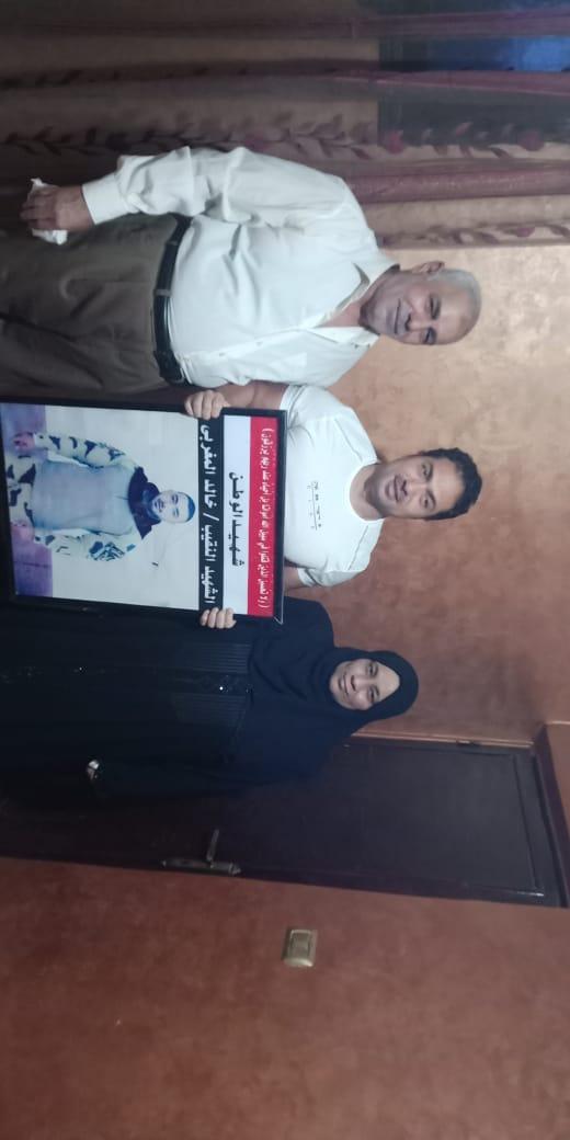 الفنان محمد حمدى مع والد ووالدة الشهيد خالد مغربي وصورة البطل 4