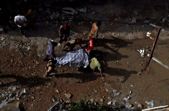 نقل جثمان أحد الضحايا