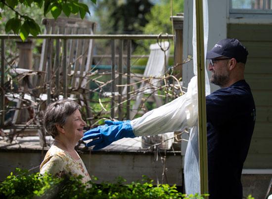 أليكس مونتاجانو يحتضن جارة له