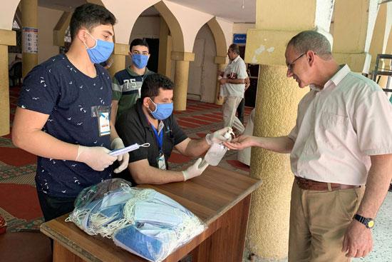 توزيع-كمامات-على-المصلين-فى-غزة