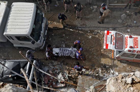 نقل جثمان لأحد الضحايا