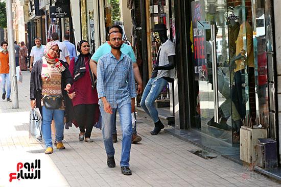 اقبال المواطنيين على شراء ملابس عيد الفطر المبار (1)