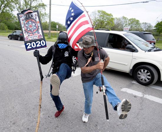 أحد مؤيدي الرئيس الأمريكي دونالد ترامب مع العلم الأمريكي الأصلي