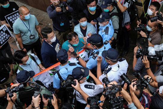 المشرع المؤيد للديمقراطية وو تشي واي يتشاجر مع الشرطة خلال مسيرة ضد قوانين الأمن الجديدة