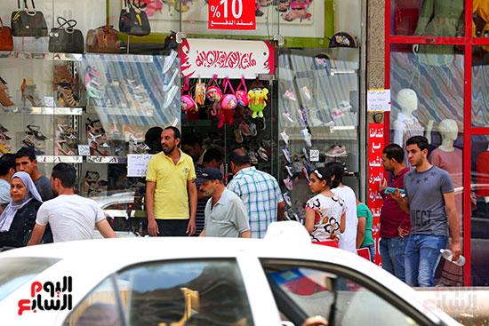 اقبال المواطنيين على شراء ملابس عيد الفطر المبار (7)