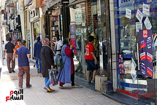 اقبال المواطنيين على شراء ملابس عيد الفطر المبار (2)