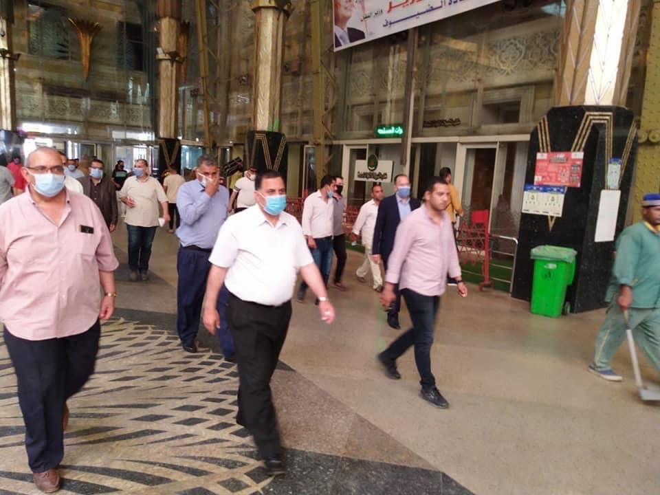رئيس السكة الحديد يتفقد شبابيك حجز تذاكر محطة القاهرة  (13)