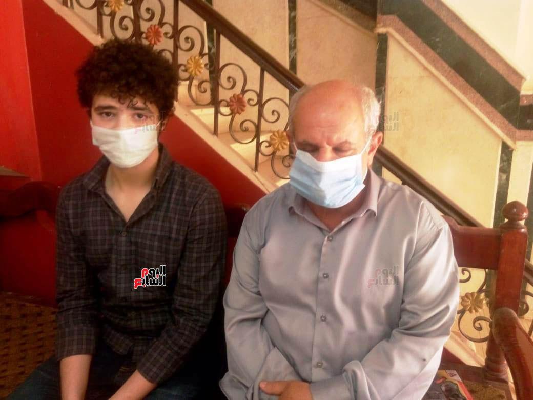 100791--أسرة-الدكتور-أحمد-دارز-بالشرقية-تتسلم-هدية-الرئيس-(8)
