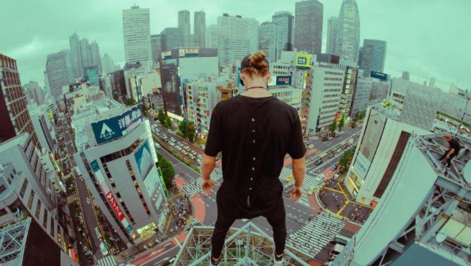 شخص يقفز فوق الأسطح