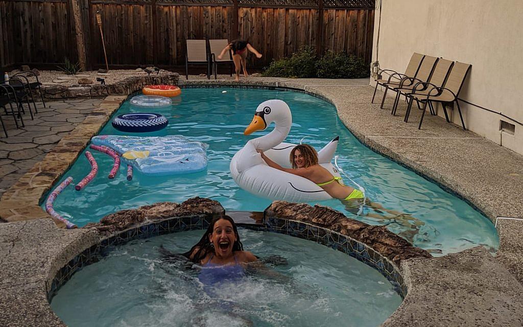 فتاتان داخل حمام سباحة