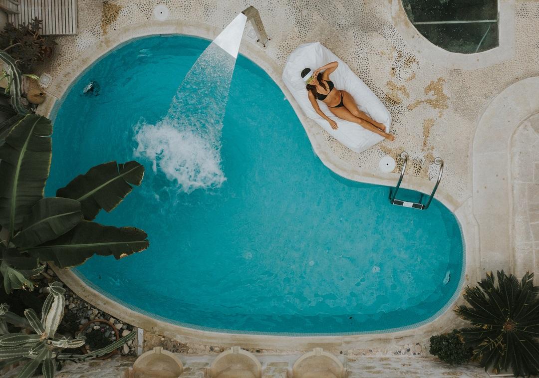 فتاة في حمام سباحة