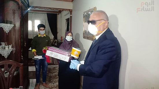 34608-أسرة-الدكتور-ياسر-عثمان-بالإسكندرية-تتسلم-هدية-الرئيس-(2)