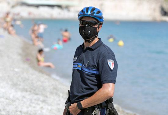 شرطى يتابع الإجراءت