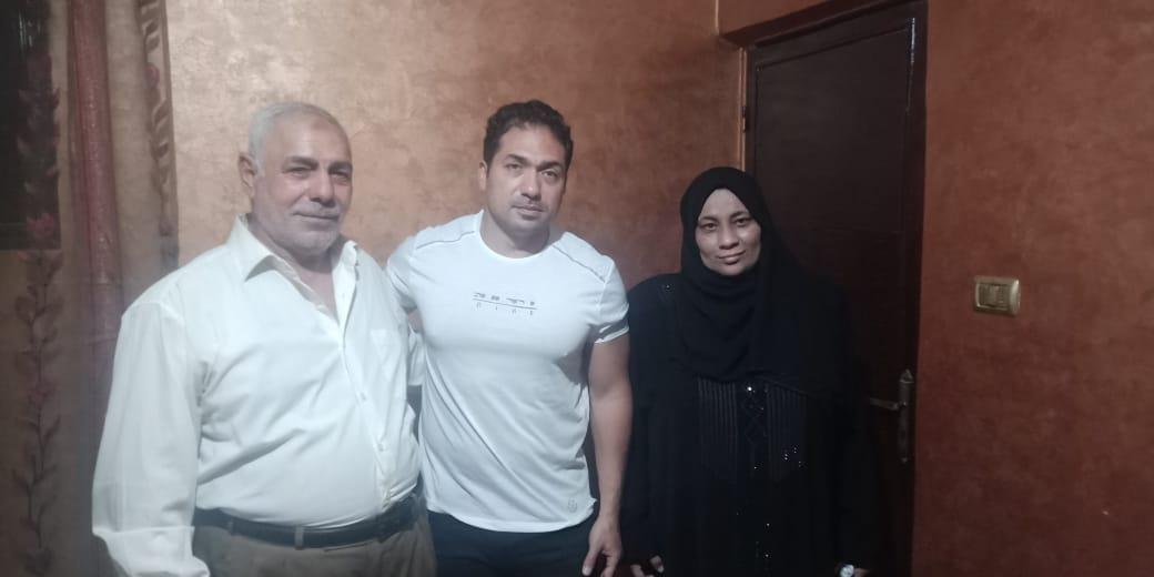 الفنان محمد حمدى مع والد ووالدة الشهيد خالد مغربي وصورة البطل 6