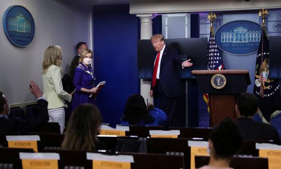 ترامب يغادر المؤتمر ويطالب معاونيه باستكمال المؤتمر
