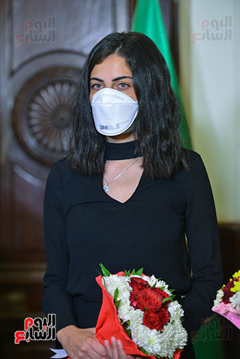 رئيس جامعة القاهرة يكرم أسرة شهيد الجيش الأبيض بقصر العينى (15)