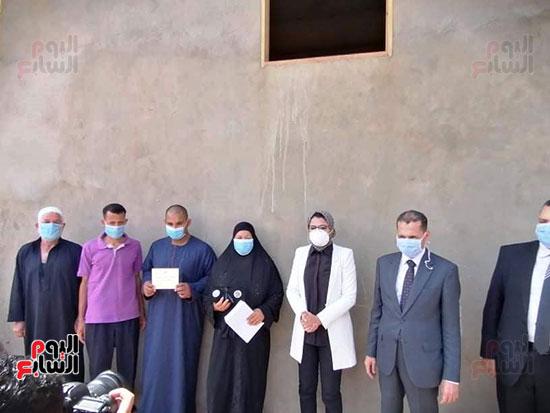 42826-أسرة-محمد-رفاعى-عبد-الكريم-عامل-بمستشفى-الداخلة--(4)