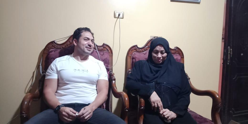 الفنان محمد حمدى ووالدة الشهيد خالد مغربي