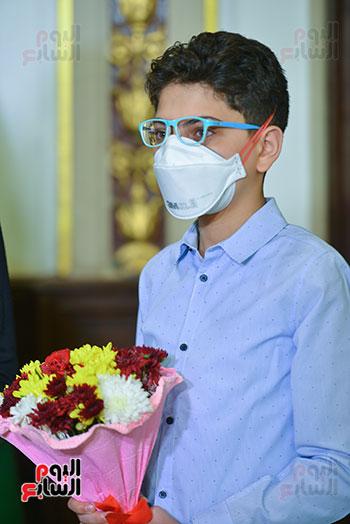 رئيس جامعة القاهرة يكرم أسرة شهيد الجيش الأبيض بقصر العينى (16)