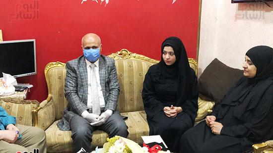 44568-أسرة-الممرض-السيد-المحسناوى-تتسلم-هدية-الرئيس-السيسى-(7)