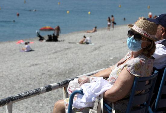 كبار السن على الشاطىء