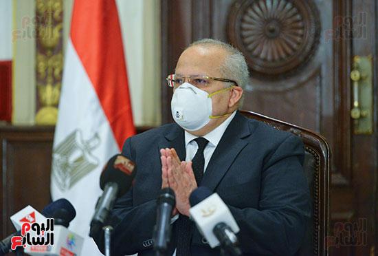 رئيس جامعة القاهرة يكرم أسرة شهيد الجيش الأبيض بقصر العينى (2)