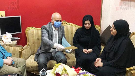 47039-أسرة-الممرض-السيد-المحسناوى-تتسلم-هدية-الرئيس-السيسى-(3)