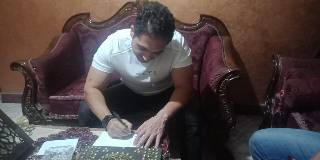 الفنان محمد حمدي يدون الرسالة