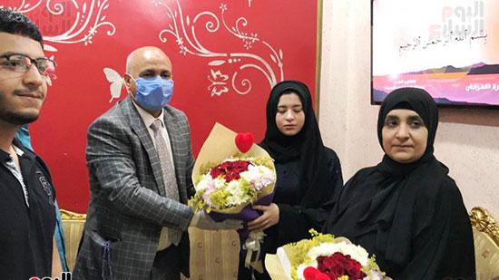50397-أسرة-الممرض-السيد-المحسناوى-تتسلم-هدية-الرئيس-السيسى-(2)