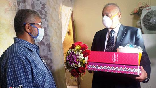 50889-أسرة-الممرضة-صفاء-محمد-بالإسكندرية-تتسلم-هدية-الرئيس-(5)