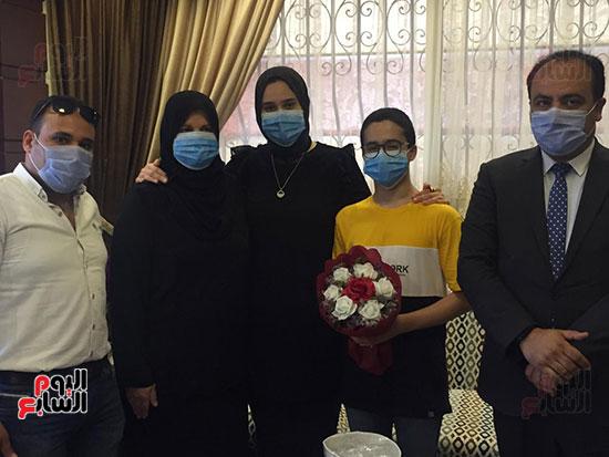 51144--أسرة-الدكتور-أحمد-اللواح-فى-بورسعيد-تتسلم-هدية-السيسي-(2)