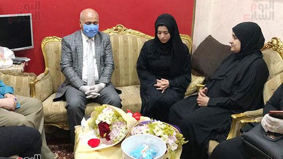 51409-أسرة-الممرض-السيد-المحسناوى-تتسلم-هدية-الرئيس-السيسى-(5)