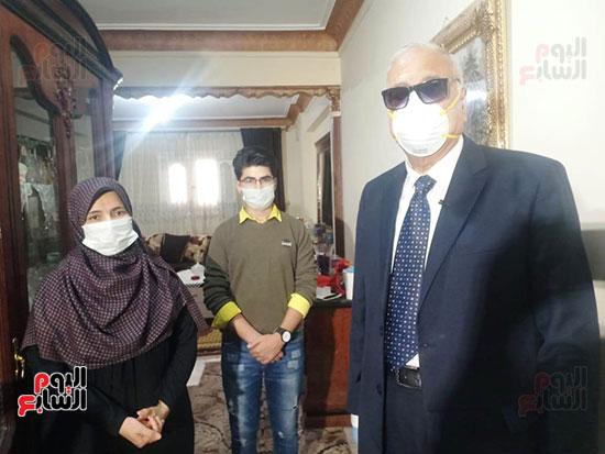 51819-أسرة-الدكتور-ياسر-عثمان-بالإسكندرية-تتسلم-هدية-الرئيس-(4)