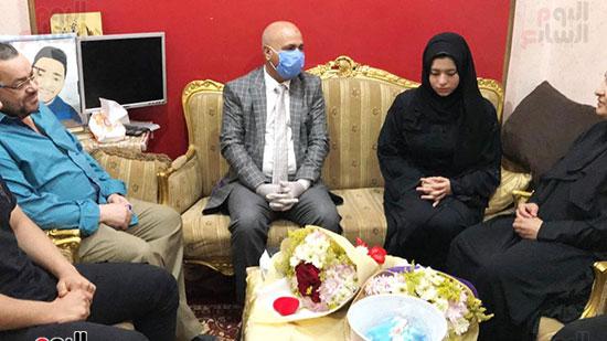 52271-أسرة-الممرض-السيد-المحسناوى-تتسلم-هدية-الرئيس-السيسى-(1)