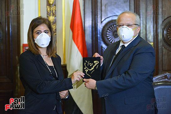 رئيس جامعة القاهرة يكرم أسرة شهيد الجيش الأبيض بقصر العينى (7)