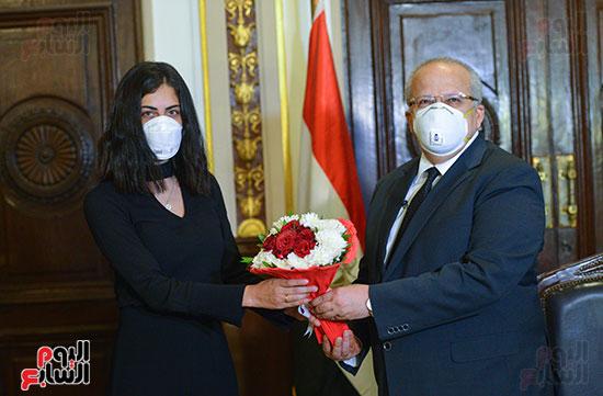 رئيس جامعة القاهرة يكرم أسرة شهيد الجيش الأبيض بقصر العينى (9)