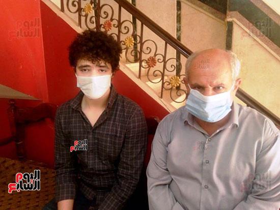 53343--أسرة-الدكتور-أحمد-دارز-بالشرقية-تتسلم-هدية-الرئيس-(1)