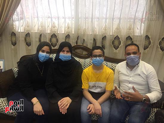 53717--أسرة-الدكتور-أحمد-اللواح-فى-بورسعيد-تتسلم-هدية-السيسي-(6)