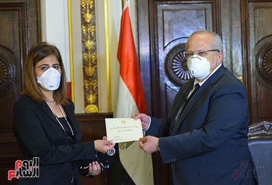 رئيس جامعة القاهرة يكرم أسرة شهيد الجيش الأبيض بقصر العينى (4)