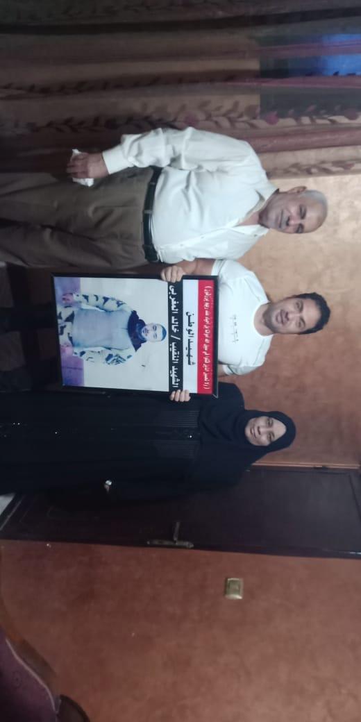 الفنان محمد حمدى مع والد ووالدة الشهيد خالد مغربي وصورة البطل 2