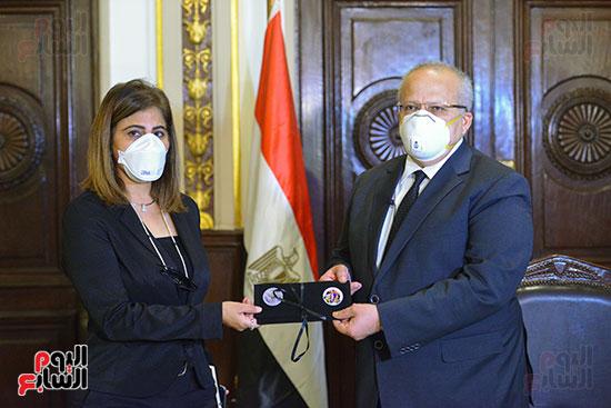 رئيس جامعة القاهرة يكرم أسرة شهيد الجيش الأبيض بقصر العينى (3)