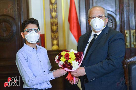 رئيس جامعة القاهرة يكرم أسرة شهيد الجيش الأبيض بقصر العينى (8)
