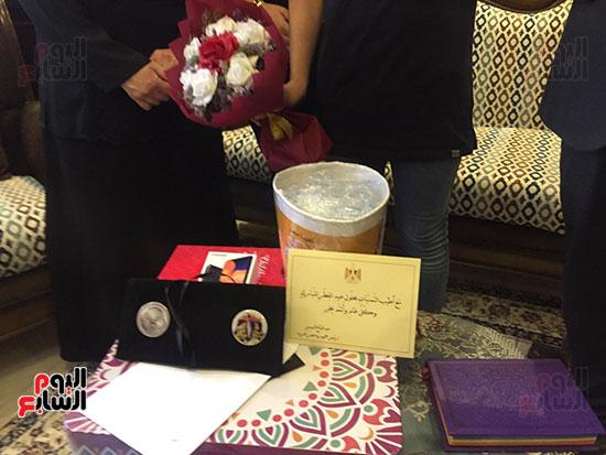 57442--أسرة-الدكتور-أحمد-اللواح-فى-بورسعيد-تتسلم-هدية-السيسي-(3)